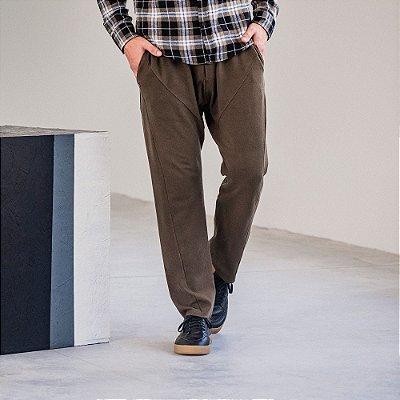 Calça cargo masculina em piquet diagonal com recortes - Marrom