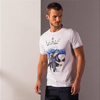 Camiseta masculina estampa leão da Vøn der Völke e ilustração tartaruga marinha - Branco