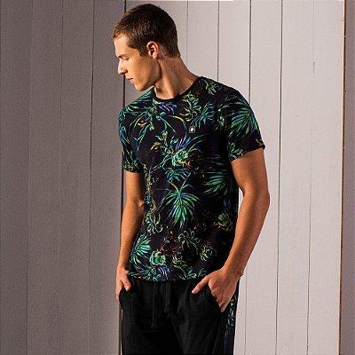 Camiseta masculina estampa de folhagens com etiqueta emborrachada - Preto