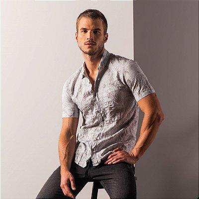 Camisa masculina listrada de manga curta efeito amassadinho - Cinza