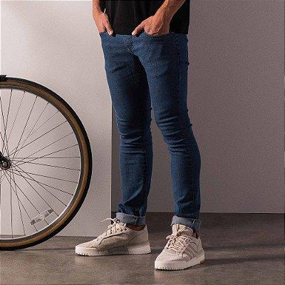 Calça jeans básica masculina modelagem slim e cos com passante - Medium Denim