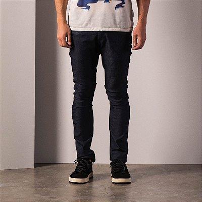 Calça jeans básica masculina modelagem slim e cos com passante - Dark Denim