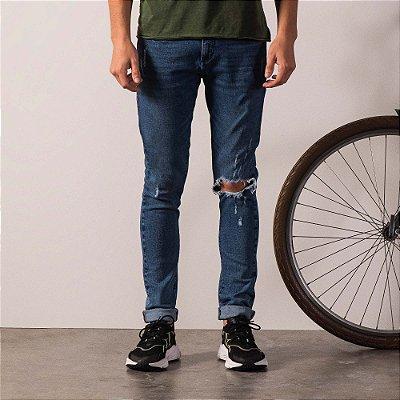 Calça jeans masculina modelagem reta rasgo no joelho - Dark Denim