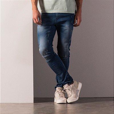 Calça jeans masculina modelagem jogger com puídos - Medium Denim