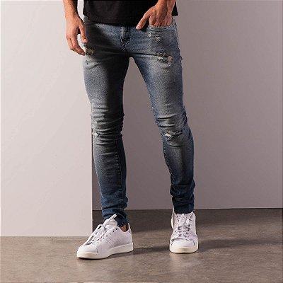 Calça jeans de modelagem slim com puídos e desgaste - Medium Denim
