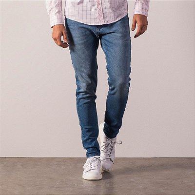 Calça jeans de modelagem reta detalhe diferencido no bolso dianteiro - Medium Denim