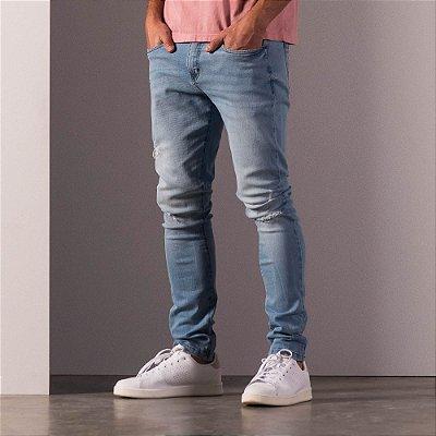 Calça jeans de modelagem reta detalhe rasgado no joelho - Light Denim
