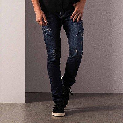 Calça jeans de modelagem slim recortes diferenciados e puídos - Dark Denim