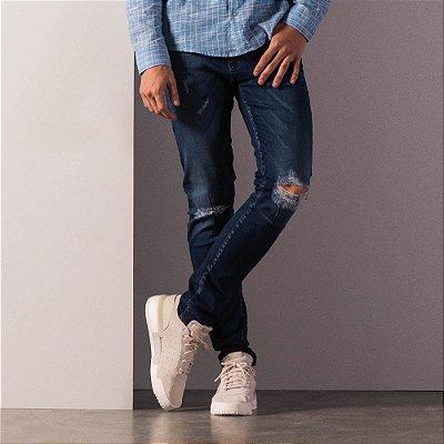 Calça jeans modelagem reta rasgo no joelho e estampa bolso traseiro - Dark Denim