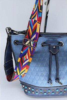 Bolsa MA-RA-VI-LHO-SA jeans toda em costura matelasse detalhes em pedras azuis e metal e alça colorida