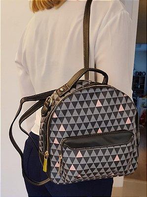 Mochila pequena com estampa triângulos