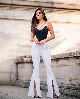 Calça jeans branca com fenda na barra