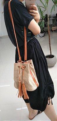 Bolsa saquinho textura de palha entrelaçada