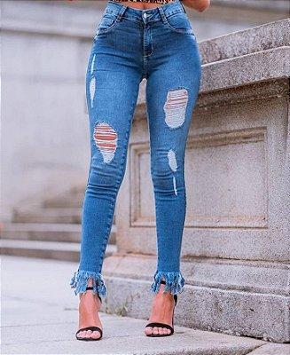 Calça jeans skinny destroyed com barra desfiada