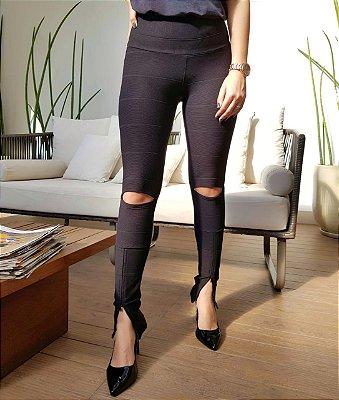 Calça skinny bandagem com abertura no joelho e fenda na barra