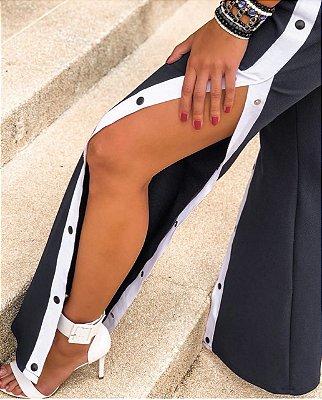 Calça com botões laterais preta e branca