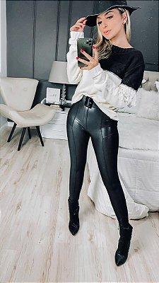 Calça preta em cirrê glam com modelagem perfeita