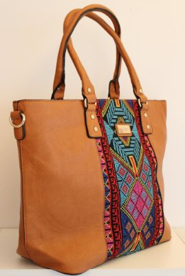 Bolsa em couro eco caramelo toda trabalhada em bordado color