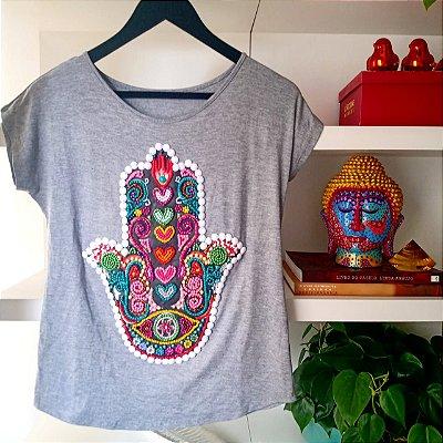 T-shirt bordada à mão até o tamanho Plus Size na cor cinza - Mão