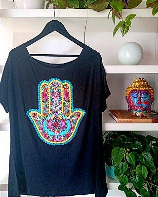 T-shirt bordada à mão até o tamanho Plus Size na cor preta - Mão de Fatima