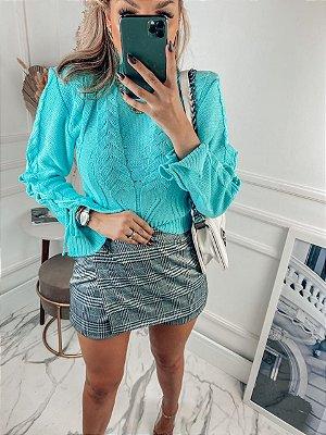 Blusa em tricot azul com lindo trabalho e detalhes na manga
