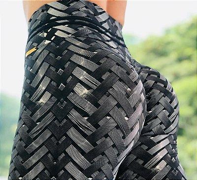 Calça legging levanta bumbum com estampa IRON futurista