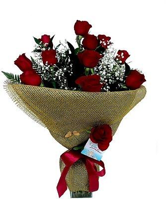 Buque com 12 rosas e juta