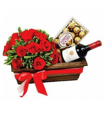 Cesta com 12 Rosas Artificiais, Chocolates e Vinho