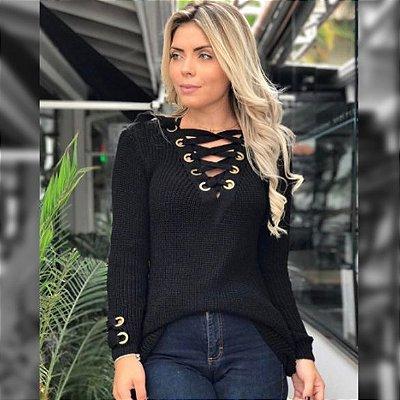 Blusa de trico com ilhós cordão na gola e manga preta