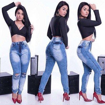 Calça jeans com elastano e rasgo no joelho