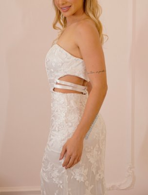 Vestido de noiva tomara que caia, em tule bordado, recortes na lateral e fenda