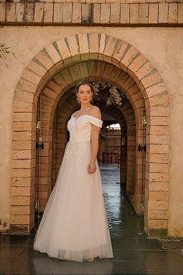 Vestido de noiva longo, em tule com leve brillho, com bordados e manga ombro a ombro