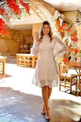 Vestido de noiva curto, em renda, com manga longa e gola alta. Para casamento civil ou intimista.