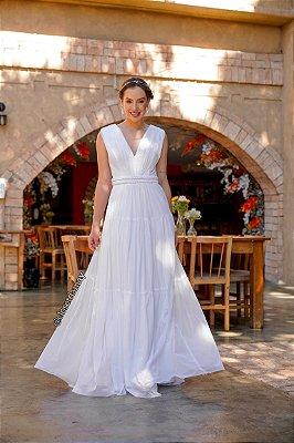 Vestido de noiva longo, em tule, com cinto em macramê e busto plissado. Para casamento civil e intimista.