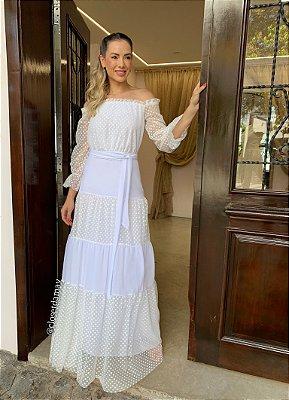Vestido de noiva longo, em tule de poá, com decote ombro a ombro e saia em camadas