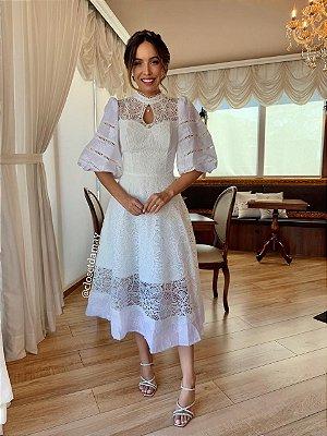 Vestido de noiva lady like, com mix de rendas e mangas bufantes