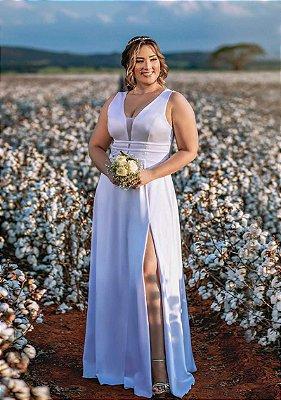 Vestido de noiva plus size, com alças largas, decote em tule e fenda