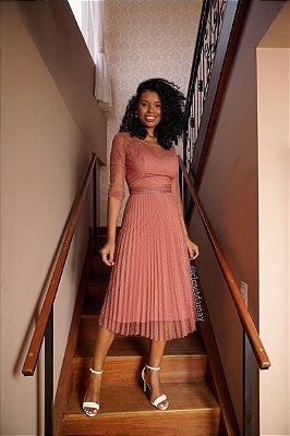 Vestido de festa lady like, em tule de poá, com mangas 3/4 e transparência