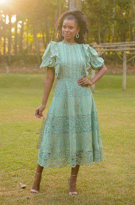 Vestido de festa lady like, com mix de renda e tecido, com manga bufante e babados