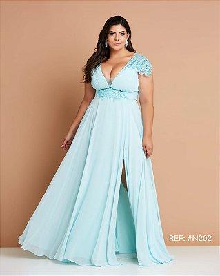 Vestido de festa plus size longo, com detalhes em renda e decote V