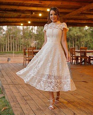 Vestido de noiva lady like, em renda, com babados e gola alta