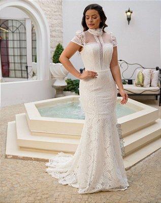 Vestido de noiva sereia, em renda e tule, com mangas e gola alta