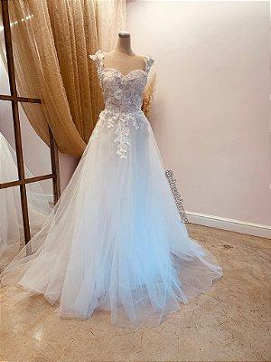 Vestido Izabela, de noiva em tule, com bordados e aplicações de flores