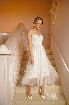 Vestido de noiva midi, com saia em camadas e busto estruturado, em tule com brilho