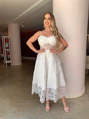 Vestido de noiva midi, em renda, com alças finas e saia em camadas