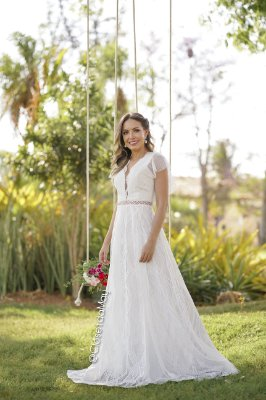 vestido de noiva em renda e detalhe em tule de póa nas mangas, decote sutil e detalhe na cintura em guipir