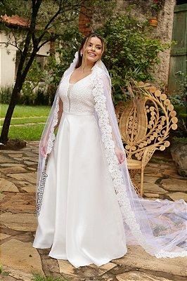 Vestido de noiva longo, bordado em pedrarias, cinto fixo, e decote com tule. Para casamento no civil, cerimônia religiosa