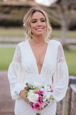 vestido de noiva longo em renda e crepe de seda, com mangas longas e decote, modelo sereia, para casamento civil, pré wedding, renovação de votos