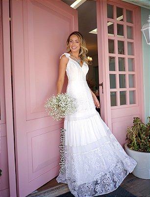 vestido de noiva longo em mix de renda, com alças ajustáveis e decote, para casamento civil, cerimônias externas, celebrações de renovação de votos, ensaio pré wedding