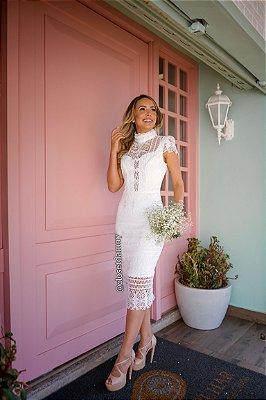vestido de noiva midi em renda guipir, mangas curtas e gola alta, para casamento civil, batizados, renovação de votos